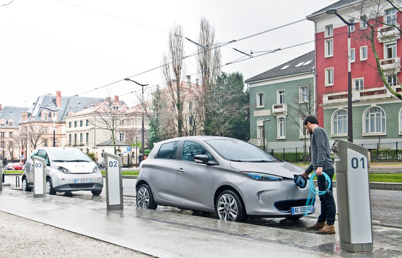 Renault ZOE charging streetside